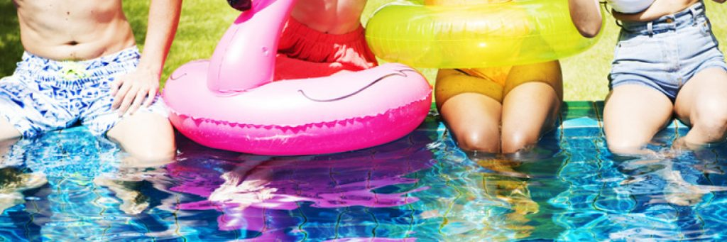 Couvertures de piscine : il en existe plusieurs sortes. Aquilus vous guide dans votre choix de protection de votre bassin.