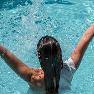 femme plongeon piscine